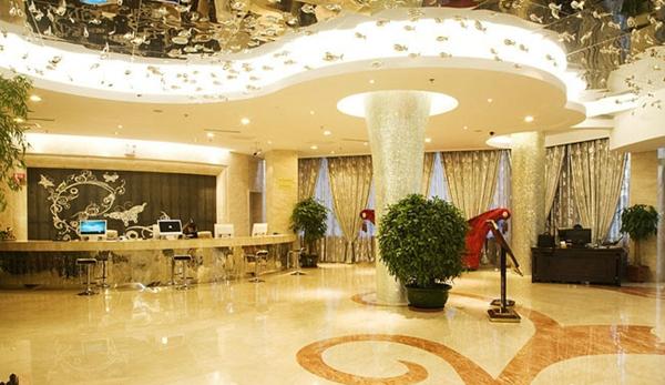 酒店窗帘设计能点缀酒店空间格调,对于整个酒店设计来说就好比是画龙点睛之笔。一袭美丽的窗帘,不仅能增加酒店的美感,还能营造一个温馨浪漫的居室环境。窗帘是软装设计中不能缺少的一部分,也是酒店风格的体现。由于窗帘占据着很大的墙体面积,窗帘的设计一定要考虑酒店的整体效果,要选择符合酒店整体风格的酒店,窗帘的花色和图案要能体现出酒店的品位和档次。 对于酒店窗帘的选择,我们在不同区域应当选择不同种类的窗帘,对于酒店空间而言有三块重要的区域:大堂、餐厅、客房。 1、酒店大堂: 酒店大堂体现了酒店的规模,也从一个侧面说明